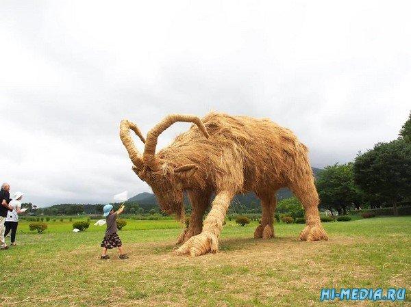 """Японский фестиваль гигантских скульптур из рисовой соломы """"Wara Art Festival"""" в Uwasekigata Park"""